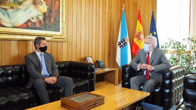 Miguel Santalices, presidente del Parlamento, recibe al delegado del Gobierno, José Miñones, en la sede del Legislativo gallego