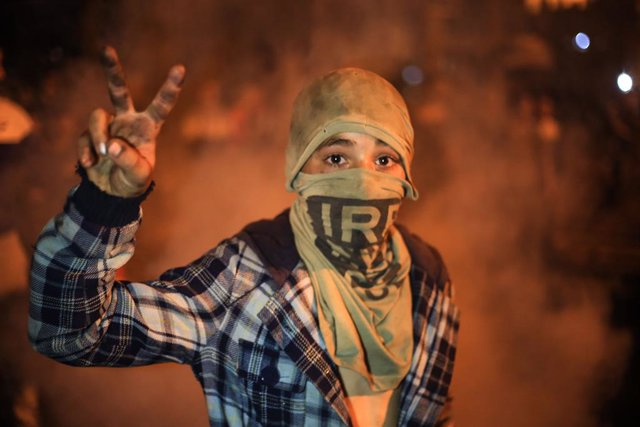 25 April 2021, Palestinian Territories, Deir al-Balah: A Palestinian boy flashes a victory sign during a demonstration against Israel over the fierce confrontations between Palestinians and Israeli police in Jerusalem in recent days. Photo: Mahmoud Khatta