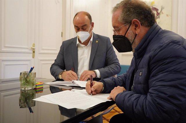 Firma del convenio de colaboración entre el presidente de la Diputación de Segovia, Miguel Ángel de Vicente (izquierda) y el presidente de la Asociación de la Prensa de Segovia, Miguel Ángel López.