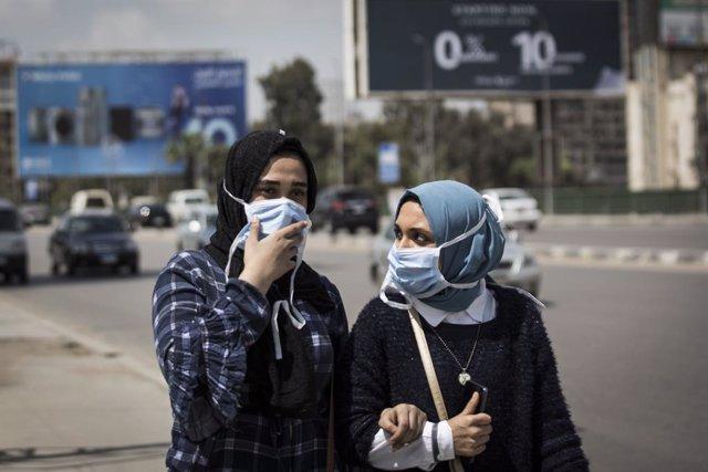 Archivo - Mujeres con mascarilla en la capital de Egipto, El Cairo, durante la pandemia de coronavirus