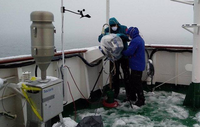 Investigadores del proyecto MICROAIRPOLAR preparando el equipo para la captura de microorganismos aeronavegantes en la Antártida. /