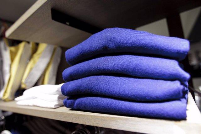 Archivo - Recursos de ropa, complementos y caja de una tienda