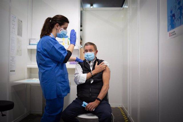 Una profesional sanitaria inocula una vacuna del Covid-19 desarrollada por AstraZeneca en el marco de la prueba piloto de vacunación masiva desde el recinto de Fira Barcelona