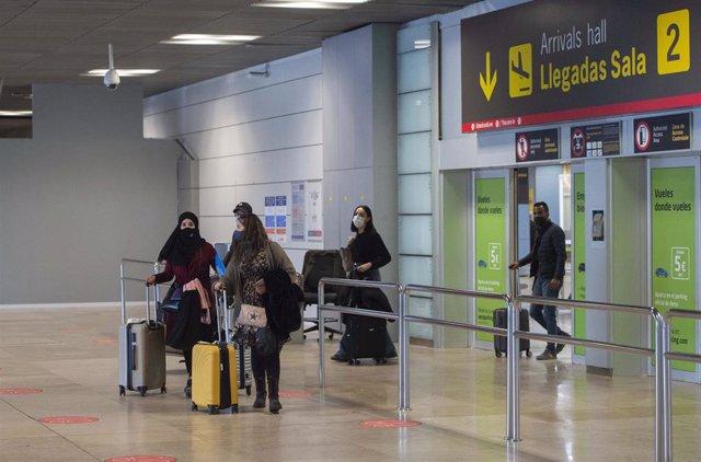 Varias viajeros de un vuelo procedente de Casablanca (Marruecos), en la Terminal T1 del Aeropuerto Madrid - Barajas Adolfo Suárez, en Madrid (España), a 30 de marzo de 2021. La Dirección General de Aviación Civil de Marruecos, dependiente del Ministerio d