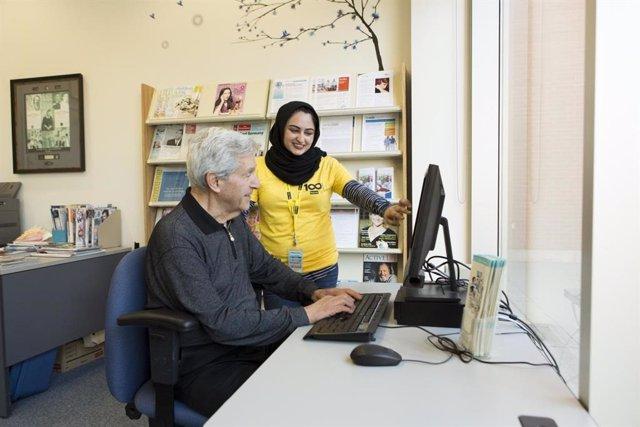 Archivo - Un anciano con un ordenador