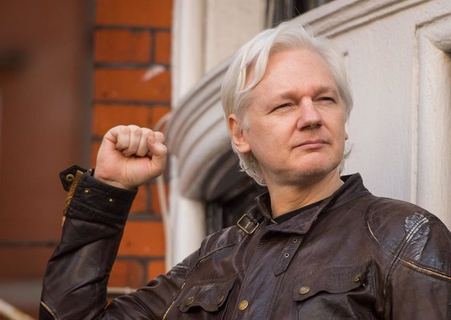Archivo - FILED - 04 January 2021, England, London: WikiLeaks founder Julian Assange (C) speaks from the balcony of the Ecuadorian embassy in London after a seven-year investigation in Sweden against Assange was suddenly dropped. Today, Monday, a British