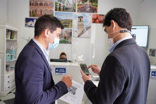 El concejal de Turismo de Coín, Cristóbal Ortega, y el alcalde del municipio, Francisco Santos, informan de visitas virtuales