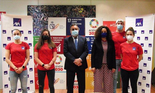 Miguel Carballeda, presidente del CPE, y Olga Sánchez, CEO de AXA España, junto a varios deportistas paralímpicos españoles tras la firma del acuerdo