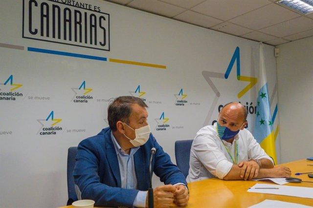 Alfonso Cabello, nuevo secretario local de CC en Santa Cruz de Tenerife, junto a su antecesor, José Manuel Bermúdez