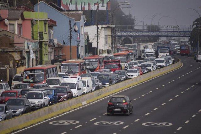 Congestión de tráfico en una carretera debido a los controles implementados en Chile para forzar una cuarentena total para frenar la propagación de la pandemia.