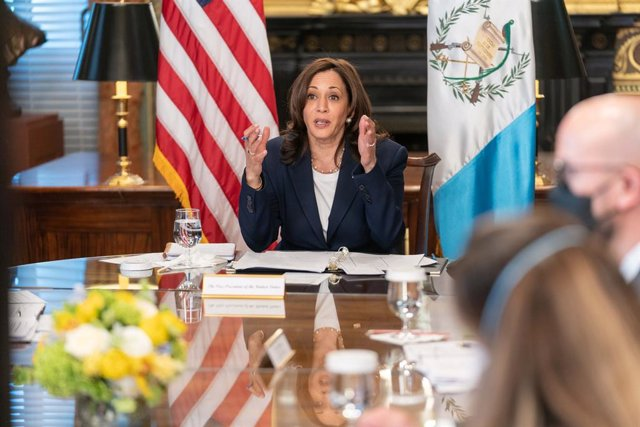 La vicepresidenta de Estados Unidos, Kamala Harris, en una reunión virtual con el presidente de Guatemala, Alejandro Giammattei.