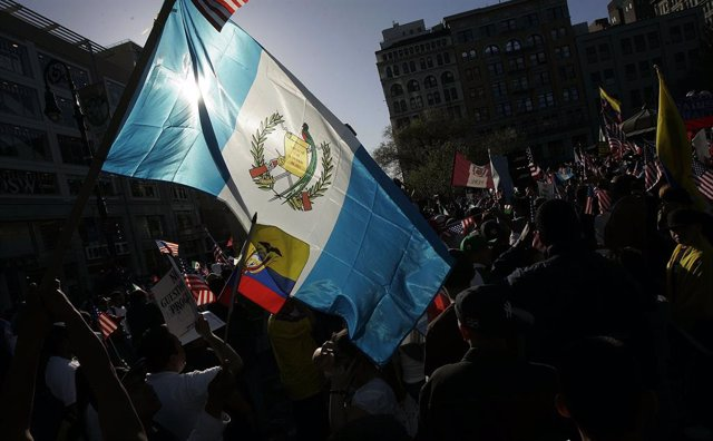 Archivo - Bandera de Guatemala en una manifestación a favor de la inmigración en Nueva York.