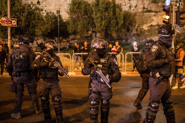 24 April 2021, Israel, Jerusalem: Israeli security forces stand guard during a protest in the Old City of Jerusalem. Palestinian militants in the Gaza Strip fired several rockets towards Israel in the recent days, in the worst escalation in violence betwe