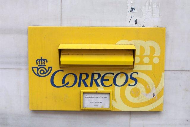 Archivo - Arxivo - Una bústia el mateix dia en què ha començat a reduir-se l'horari d'obertura de la xarxa de les 2.500 oficines postals de Correus com a contenció al coronavirus, a Madrid (Espanya), a 16 de març de 2020.
