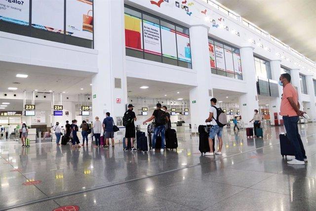 Archivo - Salida de turistas y residentes al aeropuerto Pablo Ruiz Picasso,  Málaga a 22 de junio del 2020