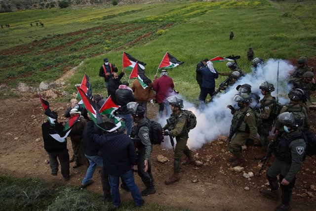 02 April 2021, Palestinian Territories, Nablus: Israeli security forces clash with Palestinian demonstrators during a protest against the Israeli settlements in the West Bank. Photo: Shadi Jarar'ah/APA Images via ZUMA Wire/dpa