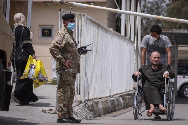 Guardia de seguridad frente al Hospital Ibn Jatib de la capital de Irak, Bagdad