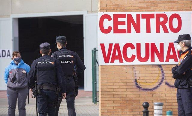 Archivo - Policías nacionales acceden al centro de vacunación habilitado en los Bermejales, donde recibirán la primera dosis de la vacuna Astrazeneca contra la Covid-19. En Sevilla (Andalucía, España), a 03 de marzo de 2021.