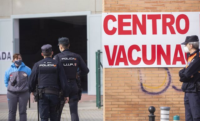 Archivo - Arxiu - Policies nacionals accedeixen a un centre de vacunació.
