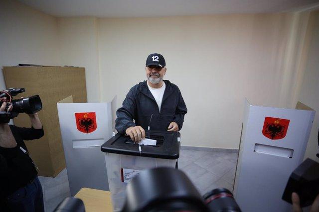 El primer ministro de Albania, Edi Rama, vota en las elecciones parlamentarias