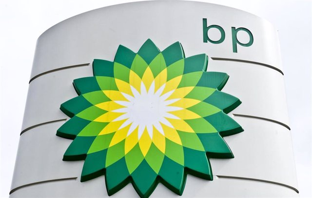 Archivo - FILED - 30 July 2011, England, London: A BP logo can be seen at a petrol station. The boss of the UK-based oil giant has told staff it plans to cut 10,000 jobs from its global workforce after being hit hard by the coronavirus outbreak. Photo: Ia