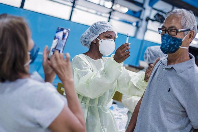 16 April 2021, Brazil, Sao Paulo: A man poses for a picture as he receives a dose of the coronavirus vaccine at UBS Cambuci public medical centre. Photo: Fepesil/TheNEWS2 via ZUMA Wire/dpa