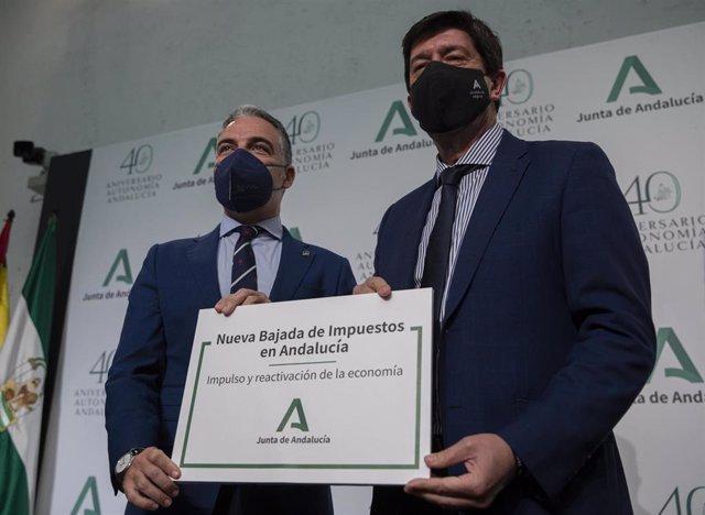 El vicepresidente de la Junta de Andalucía, Juan Marín (d), y el consejero de la Presidencia, Elías Bendodo (i), al inicio de la rueda de prensa, tras la reunión semanal del Consejo de Gobierno de la Junta de Andalucía. En Sevilla, a 27 de abril.