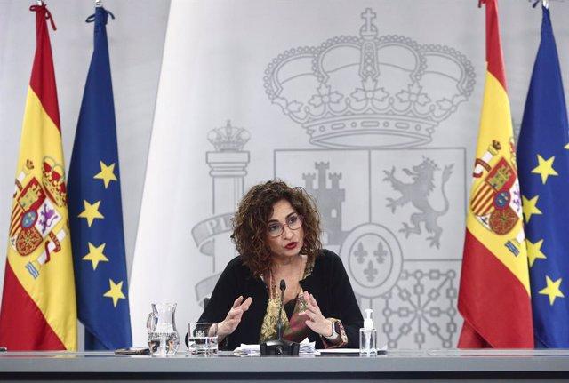 La ministra de Hacienda, María Jesús Montero, interviene en una rueda de prensa posterior al Consejo de Ministros, a 27 de abril de 2021, en el Complejo de la Moncloa, Madrid, (España).