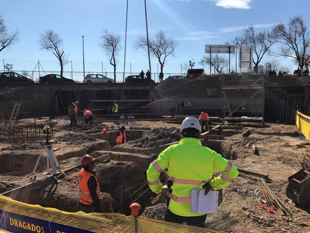 Archivo - Trabajadores de la construcción