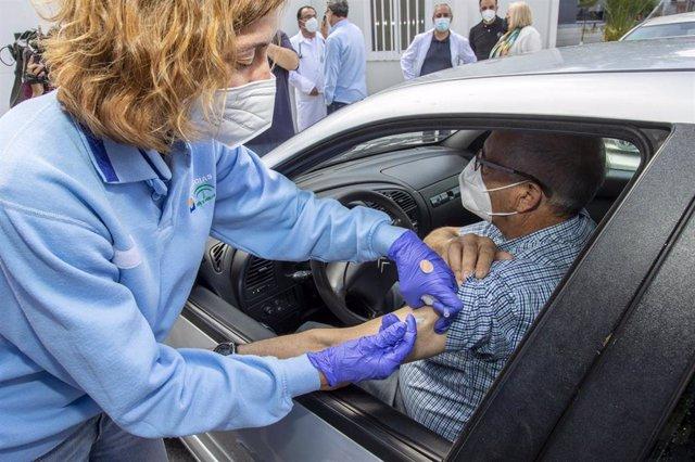 En el centro de salud de El Torrejón de Huelva, han acudido un centenar de onubenses para vacunarse con Janssen. Huelva a 22 de abril 2021