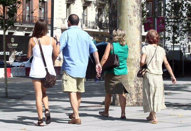 Archivo - Familia paseando, paseo, verano, buen tiempo, calle