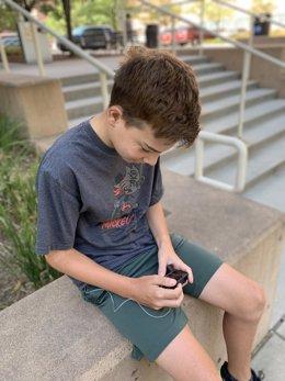 Archivo - Un participante del estudio revisa su información en su dispositivo de páncreas artificial.