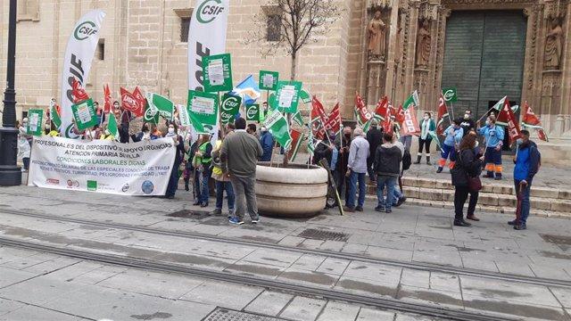Concentración a las puertas del SAS en protesta por recortes salariales en Urgencias