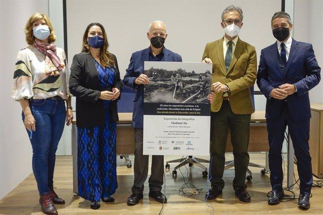Inauguración en Granada de la exposición del fotógrafo bielorruso Vladimir Siz en la que a través de 76 fotografías muestra las consecuencias del desastre nuclear de Chernóbil en la población de Bielorrusia.