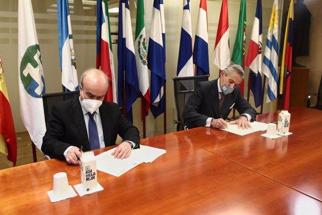 El Secretario General  de la Organización de Estados Iberoamericanos para la Educación, la Ciencia y la Cultura (OEI), Mariano Jabonero Blanco (i), y el presidente ejecutivo de Europa Press, Asís Martín de Cabiedes, posan durante la firma de un convenio e