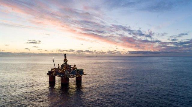 Archivo - Equinor's Storre, plataforma petrolera en el Mar de Noruega, con otras plataformas petroleras visibles en el horizonte