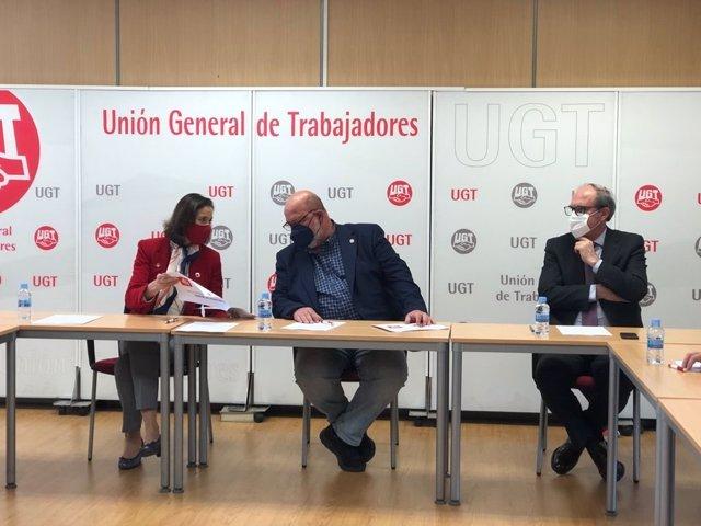 El secretario general de UGT de Madrid, Luis Miguel López Reíllo; el candidato del PSOE a la Presidencia de la Comunidad de Madrid, Ángel Gabilondo, y la ministra de Industria, Reyes Maroto.