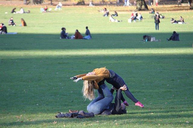 Archivo - Personas en Central Park, en Nueva York.