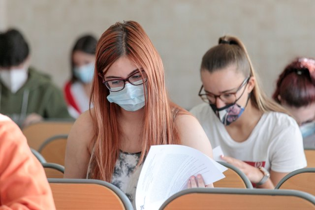 Archivo - Un grupo de alumnos se examinan en la convocatoria extraordinaria de la EBAU en la ULL