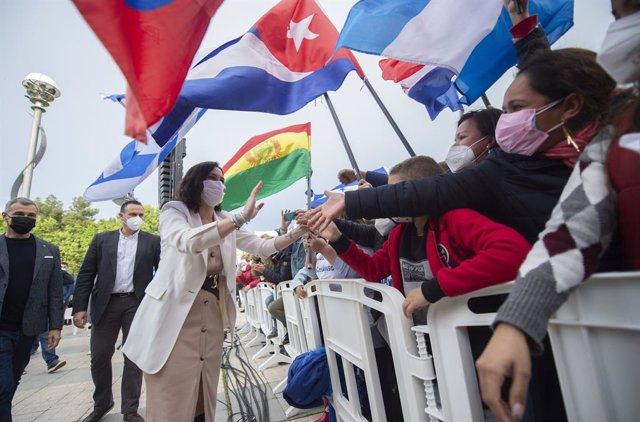 El exportavoz de Ciudadanos en las Cortes Valencianas, Toni Cantó y la presidenta de la Comunidad de Madrid y candidata a la reelección, Isabel Díaz Ayuso saludan al público a su llegada a un acto de campaña del partido en la Plaza de la Comunidad de Madr