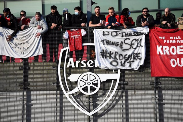 23 April 2021, United Kingdom, London: Fans protest against Arsenal owner Stan Kroenke before the start of the English Premier League soccer match between Arsenal and Everton at the Emirates Stadium. Photo: Kirsty O'connor/PA Wire/dpa