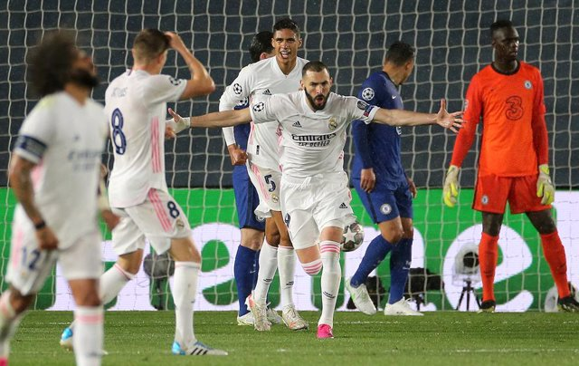 27 April 2021, Spain, Madrid: Real Madrid's Karim Benzema (C) celebrates scoring his side's first goal during the UEFA Champions League Semi Final first leg soccer match between Real Madrid and Chelsea at the Estadio Alfredo Di Stefano. Photo: Isabel Infa