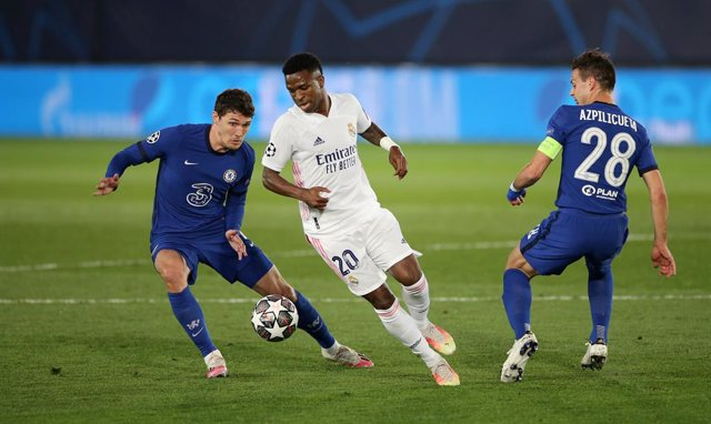 27 April 2021, Spain, Madrid: Real Madrid's Jose Vinicius Junior (C) battles for the ball with Chelsea's Andreas Christensen (L) and Cesar Azpilicueta during the UEFA Champions League Semi Final first leg soccer match between Real Madrid and Chelsea at th