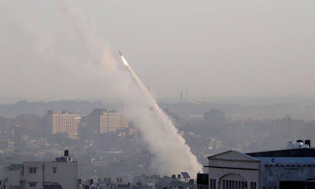 Archivo - Un cohete disparado desde la Franja de Gaza contra Israel
