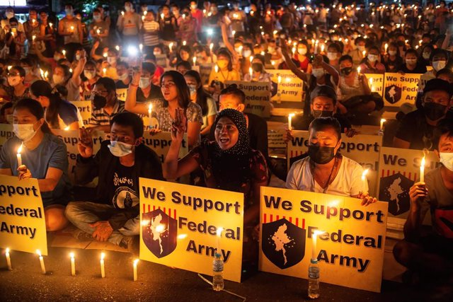 02 April 2021, Myanmar, Yangon: Demonstrators hold lit candles and placards during a protest against the military coup and the detention of civilian leaders. Photo: Theint Mon Soe/SOPA Images via ZUMA Wire/dpa