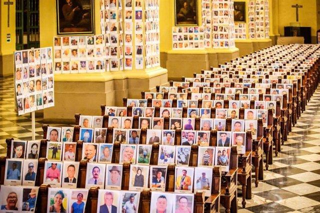 Archivo - Fotografías de algunas de las víctimas del coronavirus en la catedral de Lima (Perú)