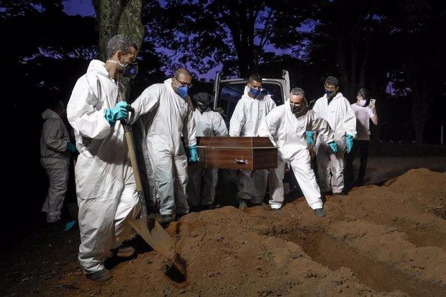 Entierro de fallecidos por coronnavirus en Sao Paulo.