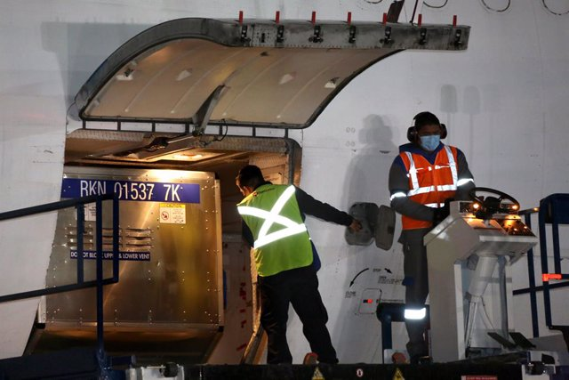 HANDOUT - 28 March 2021, Mexico, Mexico City: Workers unload the first shipment of a loan of 2.7 million doses of AstraZeneca's COVID-19 vaccine from the United States, at Mexico City International Airport. Photo: -/Presidencia Mexico/dpa - ATTENTION: edi