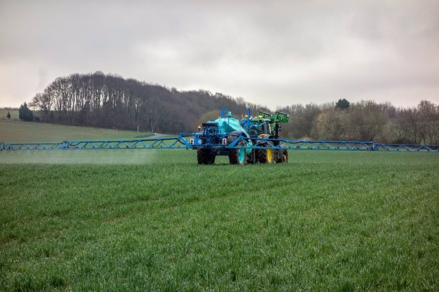 Archivo - Tractor, agricultura, pesticida, fertilizante.