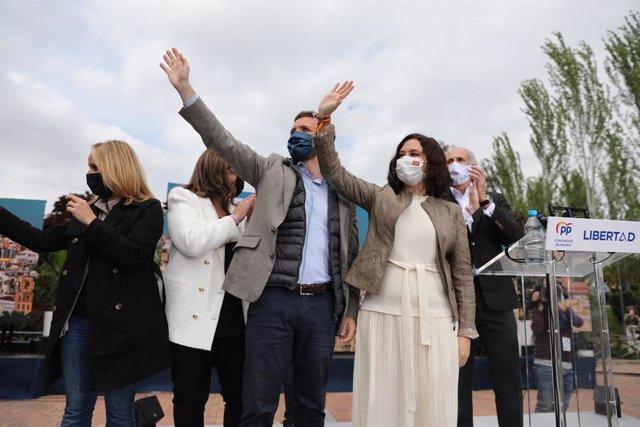 (E-D) La secretària general del PP de Madrid, Ana Camins; el president del PP, Pablo Casado; la presidenta de la Comunitat de Madrid i candidata a la reelecció, Isabel Díaz Ayuso.